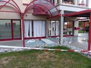 Aufgrund einer Explosion barsten die Fenster eines Geschäftsgebäudes in Givisiez FR. (Bild: Kapo FR)