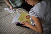 Hilfe und Pflege zu Hause: Eine Pflegefachfrau der Spitex auf Hausbesuch bei einer Klientin. (Bild: Benjamin Manser)