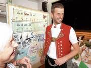Eine Besucherin der Aadorfer Alters-Tischmesse hat es «cheibe glatt» mit dem bekannten Hackbrettspieler Nicolas Senn. (Bild: Kurt Lichtensteiger)