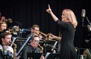 Mit Inbrunst dirigiert Maria Schneider die Big Band des Jazzfestivals Generations im Frauenfelder Casino. (Bild: Reto Martin)