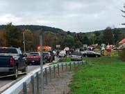 Laut Polizei überfuhr die Limousine eine Strassenkreuzung und prallte auf ein geparktes Fahrzeug. Bei dem Unfall starben 20 Menschen. (Bild: KEYSTONE/AP WTEN)