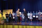 Max Meinherz (rechts) aus Grabs nimmt das Diplom als Imker mit eidgenössischem Fachausweis aus den Händen des Präsidenten von Bienen Schweiz, Mathias Götti Limacher, entgegen. (Bild: PD)