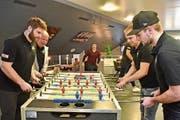 HCT-Präsident Hansjörg Stahel spielt mit Stürmer Ryan Kenny gegen Stürmerkollege Jan Vogel und Verteidiger Nico Gurtner. (Bild: Mario Testa)