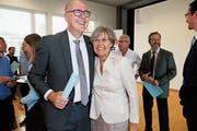 Die neu gewählte CVP-Regierungsrätin Silvia Thalmann freut sich mit ihrem wiedergewählten Parteikollegen Martin Pfister. (Bild: Stefan Kaiser (Zug, 7. Oktober 2018))