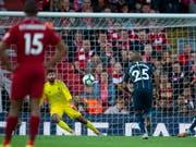 Die entscheidende Szene der Partie: Der Penalty von Riyad Mahrez fliegt über das Tor von Liverpool (Bild: KEYSTONE/EPA/PETER POWELL)