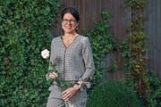 Hat Grund zum Strahlen: Die neue Gemeindepräsidentin Renate Huwyler in ihrem Garten in Hünenberg. (Bild: Maria Schmid (7. Oktober 2018))