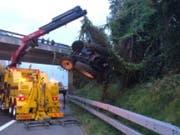 Ein Traktor machte sich in Mühleberg BE selbständig und rollte auf die Autobahn A1 zu. Dort kam es wegen der aufwändigen Bergungsarbeiten zu Stau. (Bild: Kapo Bern)