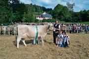 «Miss Ebnat-Kappel», die Kuh Conni mit Besitzer Andreas Giezendanner, Ehefrau Patricia und den Töchtern Melanie und Ladina. (Bild: Adi Lippuner)