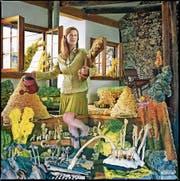 Galeristin mit Giesskanne: So liess sich Judit Villiger vom Haus zur Glocke von der Künstlerin in Szene setzen. (Bild: Mami Kiyoshi)