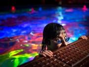 Pipilotti Rist in ihrer Korallen-Farbenwelt. (Bild: KEYSTONE/ANTHONY ANEX)