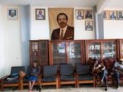 Kamerun wählt den nächsten Präsidenten. Der Präsident Paul Biya (Foto in der Mitte), der bereits seit 35 Jahren an der Spitze des zentralafrikanischen Landes steht, strebt eine siebte Amtszeit an. (Bild: KEYSTONE/EPA/NIC BOTHMA)