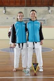 Haben gut lachen: die beiden Medaillen-Abräumerinnen Moira Dillier (links) und Alessia Lao von Taisho Karateschule. (Bild: pd)