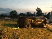 Tödliches Ende einer Taxifahrt: Die 74-jährige Lenkerin erlitt beim Selbstunfall auf der Autobahn A1 bei Rothrist AG tödliche Verletzungen. (Bild: Handout Kantonspolizei Solothurn)