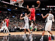 Houston Rockets' Center Clint Capela (Nummer 15) ist vor dem Spanier Pau Gasol (16) von den San Antonio Spurs am Ball (Bild: KEYSTONE/FR115 AP/DARREN ABATE)