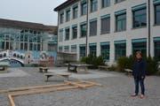 Gemeinderätin Gabriela Hüppi auf dem Kiesplatz, auf dem der neue Spielplatz errichtet werden soll. (Bild: Gwendoline Flückiger)