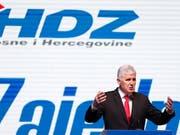 Der kroatischstämmige Präsidentschaftskandidat, Dragan Covic, räumt in der Nacht auf Montag eine schwere Wahlniederlage in der Bosnien-Wahl ein. (Bild: KEYSTONE/AP/AMEL EMRIC)