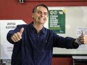 Der Rechtspopulist Jair Bolsonaro hat die erste Runde der Präsidentenwahl in Brasilien am Sonntag klar gewonnen. (Bild: KEYSTONE/EPA EFE/ANTONIO LACERDA)