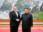 Nordkoreas Diktator Kim Jon Un (rechts) zeigte sich am Montag nach einem Treffen mit dem Aussenminister der USA Mike Pompeo (links) zuversichtlich, dass es bald ein weiteres Gipfeltreffen zwischen den beiden Ländern geben wird. (Bild: KEYSTONE/AP KCNA via KNS)