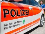 Am Montagabend ist bei der kantonalen Notrufzentrale der Kantonspolizei St.Gallen die Meldung über einen Brand eines Heu- und Strohlagers in Muolen SG eingegangen. (Bild: KEYSTONE/GIAN EHRENZELLER)