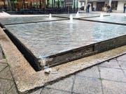 Eine Randplatte des Brunnens ist herausgebrochen. (Bild: mre)