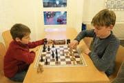 Höchste Konzentration: Der 9-jährige Andrin aus Bürglen (rechts) versucht seinen Gegner in die Schranken zu weisen. (Bild: Philipp Zurfluh, Altdorf, 1. Oktober 2018)