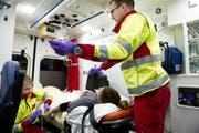 Rettungskräfte des Luzerner Kantonsspitals im Einsatz. (Bild: Corinne Glanzmann, 14. Dezember 2015)