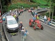 Als erstes Fahrzeug ratterte ein nostalgischer Traktor über die neue Eichenbachbrücke. (Bild: Peter Eggenberger)