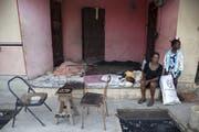 Eine Familie bleibt nach dem Erdbeben sicherheitshalber ausserhalb ihres Hauses – wie von den Behörden Haitis empfohlen. (Bild: Orlando Barria (Port-de-Paix, 8. Oktober 2018))