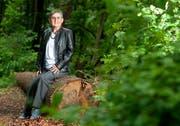 Die Autorin Monika Rösinger am Ort, wo vor 140 Jahren die kleine Frida getötet wurde. Die Stelle befindet sich in der Nähe von Oberhelfenschwil, etwas ausserhalb von Wigetshof. (Bild: Carmen Wueest)