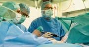 Schon bald sollen Operierende für spezialisierte Eingriffe eine gewisse Anzahl pro Jahr leisten, um «Gelegenheits-OPs» zu vermeiden. (Bild: Jil Lohse (Kantonsspital St.Gallen, 2017))