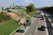 Autobahn A1: Zur Verhinderung von Ausschwemmungen wird das Bord mit Steinen befestigt.