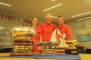 Kerstin Schulze, Reinhard Suhner und Ingo Schulze vom Team Nivola posieren mit den drei gewonnenen Pokalen. (Bild: Desirée Müller)