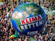 Eine Begrenzung der Erderwärmung auf 1,5 Grad im Vergleich zum vorindustriellen Niveau ist durch «schnelles und weitreichendes» Handeln erreichbar - dies ist eine der Kernaussagen des jüngsten Sonderberichts des Weltklimarats IPCC (Symbolbild). (Bild: KEYSTONE/EPA/THOMAS BANNEYER)