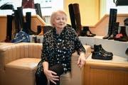 Elisabeth Berger in ihrem Schuhgeschäft an der Neugasse. (Bild: Ralph Ribi)