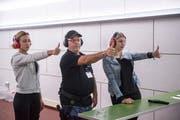 Über den Daumen gepeilt: Die Teilnehmerinnen bestimmen ihr Leitauge. (Bild: Hanspeter Schiess)