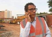 Jean-Claude Bastos auf der Baustelle seines Hochhausprojektes in der angolanischen Hauptstadt Luanda. (Bild: SRF)