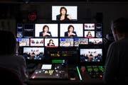 Bildschirme im Regieraum des Schweizer Fernsehens SRF. (Archivbild: Peter Klaunzer/Keystone (Bern, 18. Oktober 2017)
