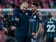 Verschossener Penalty als Thema: City-Trainer Pep Guardiola und Riyad Mahrez im Gespräch (Bild: KEYSTONE/EPA/PETER POWELL)