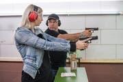 Der Instruktor überwacht jede Bewegung der Teilnehmerinnen, die sich zum ersten Mal an der Waffe versuchen. (Bild: Hanspeter Schiess)