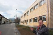 Unternehmer Ralph Weber vor dem Pavillon an der Neugasse in Bazenheid, der die Aufsichtsbeschwerde ausgelöst hat. (Bild: Simon Dudle, 8. Januar 2018)