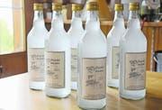 Bei den drei grossen Werdenberger Produzenten von Chörbliwasser ist das Volksheilmittel bereits ausverkauft. (Bild: Ursula Wegstein, 27. Mai 2017)