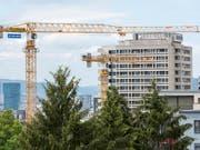 Ein heisser Herbst zeichnet sich auf dem Bau ab: Baustelle der ETH Zürich. (Bild: KEYSTONE/CHRISTIAN BEUTLER)