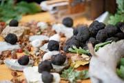 Die Auswahl ist gross: Jede Menge Trüffeln werden dargeboten. (Bild: Stefan Kaiser (Baar, 8. Oktober 2016)