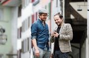 Neue Frage-Antwort-App entwickelt: Christoph Wirz und Jonas Schwarz in der Zuger Altstadt. Auf dem Bild fehlt Fabian Schumacher. (Bild: Stefan Kaiser (3. Oktober 2018))