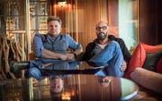 Michael Kobr (links) und Volker Klüpfel schreiben seit 15 Jahren Bestseller. Von einer Bücherkrise merken sie nichts. Bild: Andrea Stadler
