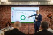 Dietmar Grichnik, Professor für Entrepreneurship an der HSG, zeigt, in welchen Branchen die HSG-Spin-Offs tätig sind. (Bild: Michel Canonica / Tagblatt)