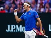Roger Federer greift fünf Wochen nach seinem letzten Ernstkampf wieder ins Geschehen ein (Bild: KEYSTONE/FR136454 AP/KAMIL KRZACZYNSKI)
