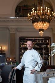 Freude im Grand Casino Luzern: Küchenchef Hugues Blanchard vom Restaurant Olivo hat am Montag den 16. «Gault-Millau»-Punkt erhalten. Bild: Nadia Schärli (8. Oktober 2018).