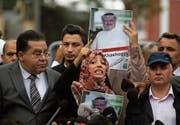 Die jemenitische Journalistin und Friedensnobelpreisträgerin Tawakkol Karman (Mitte) bei einer Protestkundgebung für den vermissten Journalisten Jamal Khashoggi. Bild: Lefteris Pitarakis/AP (Istanbul, 8. Oktober 2018)