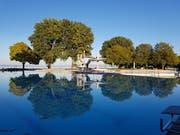 Die Bäume spiegeln sich im Spiegelglatten Wasser des Schwimmbades. (Bild: PD/Peter Gubser)